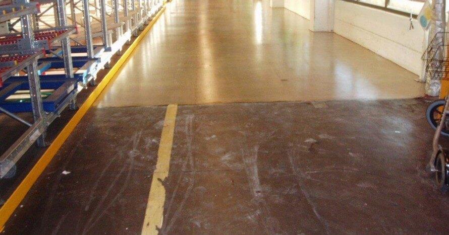 Före och efter en behandling av betonggolvet